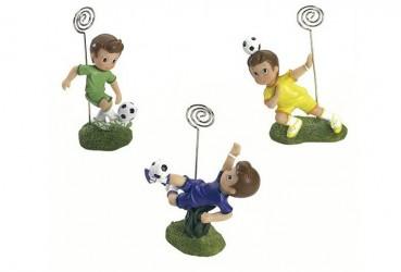 Niño futbolista sujeta targetas