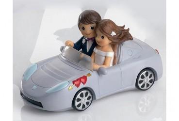 Pareja de novios en coche